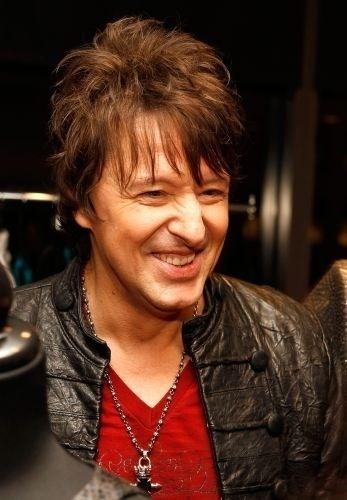 O guitarrista Richie Sambora do Bon Jovi internou-se em setembro de 2007 após a morte do pai e de seu divórcio de Heather Locklear, para tratar da dependência de álcool. Em abril de 2011, ele voltou a se internar por causa com o álcool e de exaustão