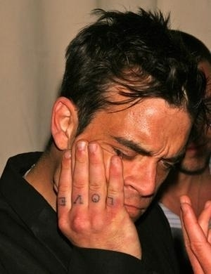 Robbie Williams se internou no dia de seu 33º aniversário. Ele admitiu que é viciado em drogas desde os 19 anos
