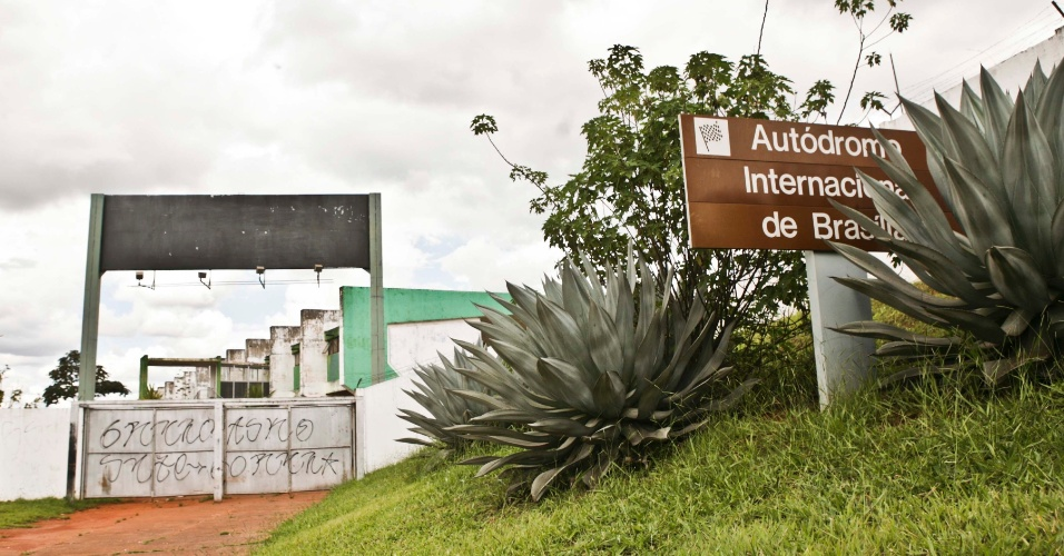 02.abr.2013 - Autódromo Nelson Piquet: Usuários reclamam de má conservação da pista e instalações