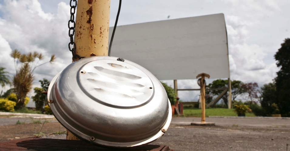 02.abr.2013 - O Cine drive-in, ainda em funcionamento, está em péssimo estado de conservação