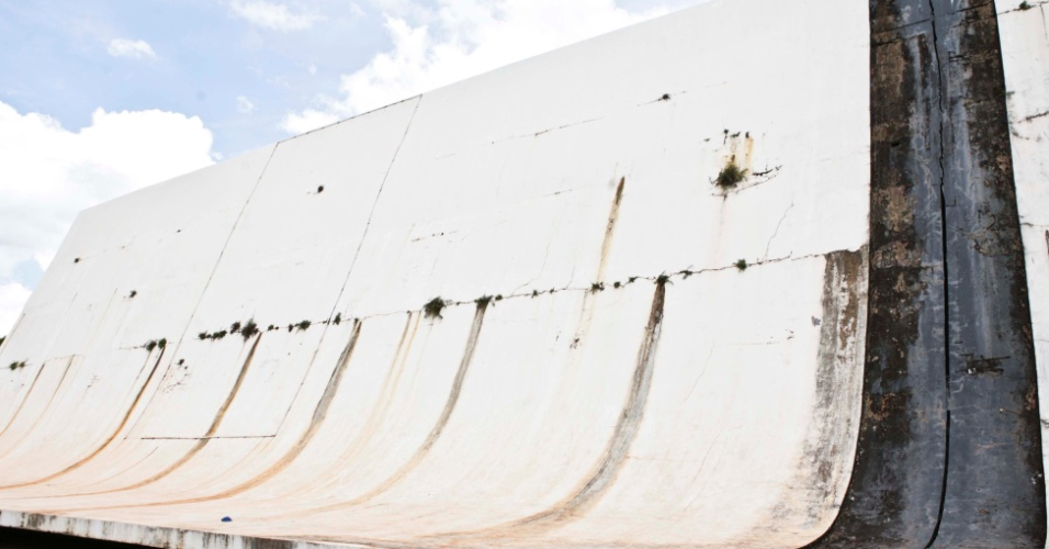 02.abr.2013 - O Ginásio Nilson Nelson está abandonado e interditado há muitos anos no Complexo Esportivo Ayrton Senna: sem prazo nem projeto para recueração