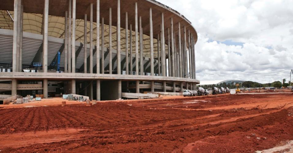 02.abr.2013 - Estádio da Copa de 2014 em Brasília pouco mais de duas semanas antes da inauguração: falta muito