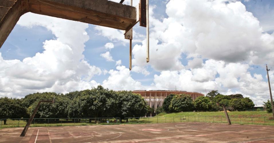 02.abr.2013 - As quadras de basquete do complexo esportivo estão em estado lamentável