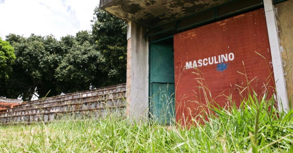 02.abr.2013 - Os banheiros públicos do complexo esportivo onde é construído o estádio da Copa de 2014 em Brasília está abandonado