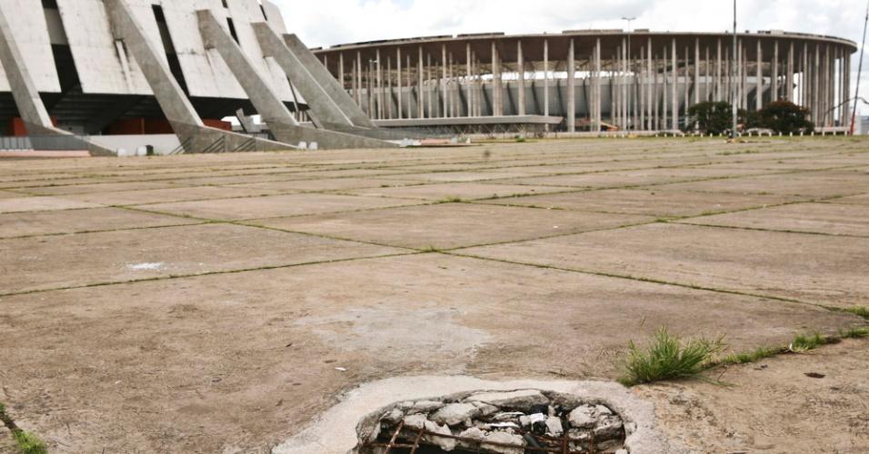 02.abr.2013 - Os buracos e bueiros abertos estão por toda parte no Complexo Esportivo Ayrton Senna, em Brasília, onde é construído o estádio para a Copa de 2014.