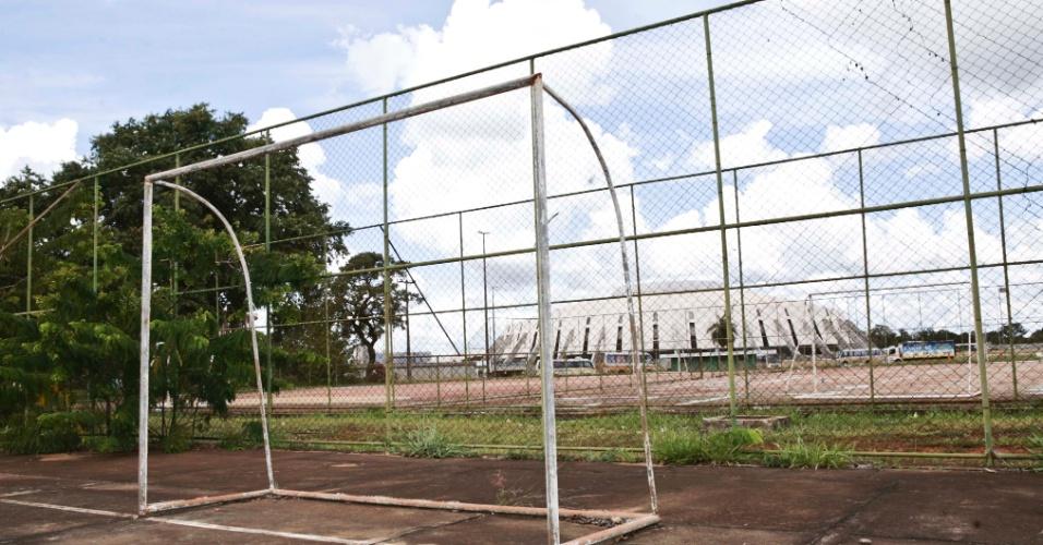 02.abr.2013 - As quadras de futebol estão todas rachadas e com a ferragem dos gols e alambrados enferrujados