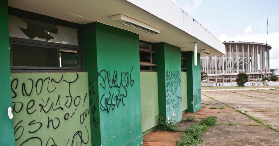 02.abr.2013 - As bilheterias do ginásio Nilson Nelson, no Complexo Esportivo Ayrton Senna, estão mal conservadas e com os vidros quebrados, apesar de ainda serem utilizadas.
