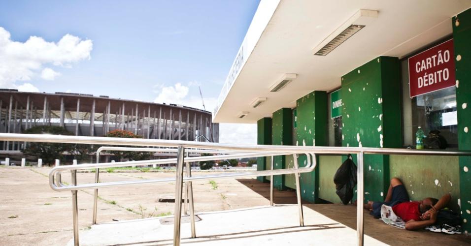 02.abr.2013 - As bilheterias do ginásio Nilson Nelson, no Complexo Esportivo Ayrton Senna, estão mal conservadas e são utilizadas como abrigo por moradores de rua.