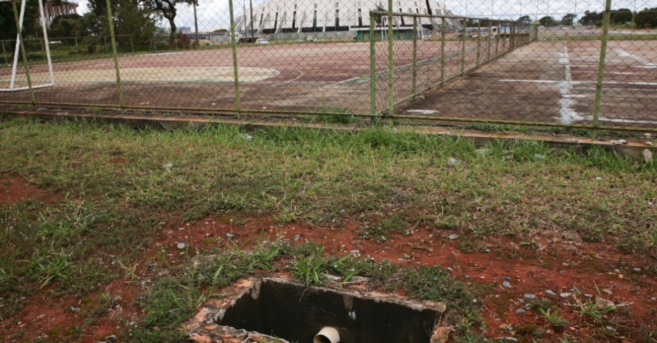02.abr.2013 - Os buracos e bueiros abertos estão por toda parte no Complexo Esportivo Ayrton Senna, em Brasília, onde é construído o estádio para a Copa de 2014: um perigo para os frequentadores
