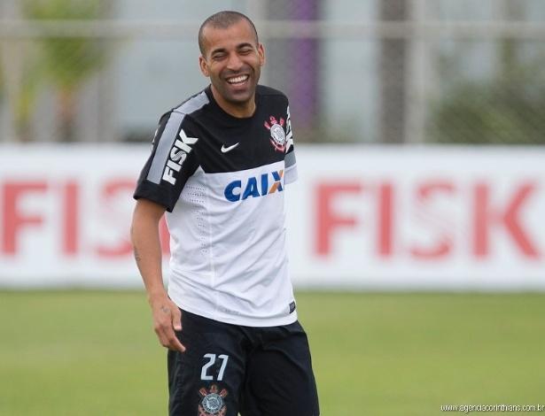 09.04.2013 - Emerson, atacante do Corinthians, sorri durante um rachão no CT Joaquim Grava