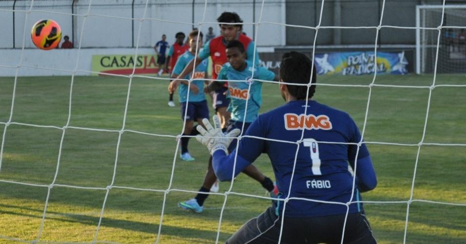 09/04/2013- Goleiro Fábio durante treino do Cruzeiro no CT do Corinthians Alagoano