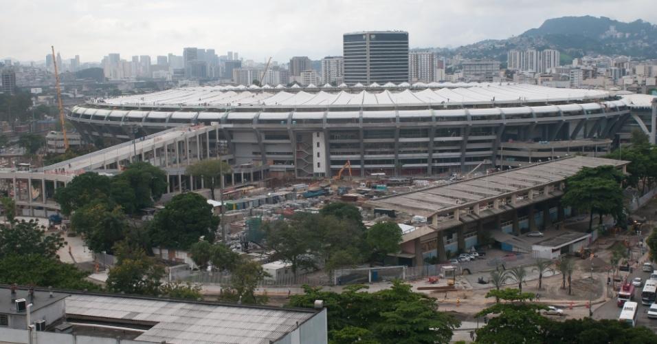 09.abr.2013 - Na reta final das obras do Maracanã para a Copa das Confederações, operários concluem a instalação da cobertura no estádio