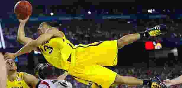 09.abr.2013 - Jogador Trey Burke (3) do Michigan Wolverines voa para tentar a sexta no jogo contra o Louisville Cardinals, em jogo de basquete da NCAA, em Atlanta, na Geórgia - Jeff Haynes/Reuters - Jeff Haynes/Reuters