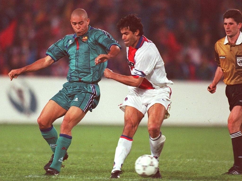 14.mai.1997 - Atacante Ronaldo (esq), do Barcelona, é marcado pelo meia Raí, do Paris Saint-Germain, durante a final da Copa dos Campeões de Copas 1996/97, no estádio do Feyernoord, e, Roterdã (Holanda)