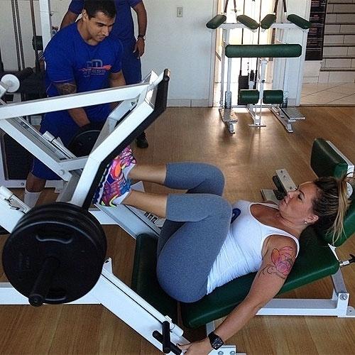 8.abr.2013 - Cristina Mortágua posta foto de leg press inclinado, com peso de 160 kg