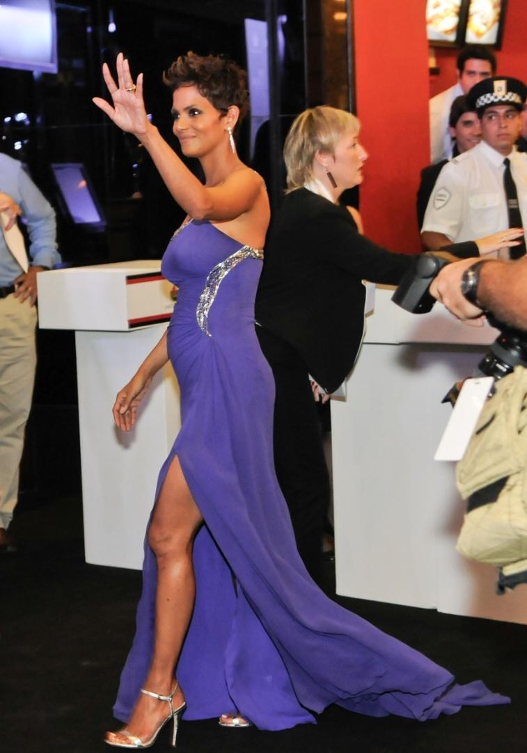 """8.abr.2013 - Halle Berry exibe barriga de gravidez durante pré-estreia do filme """"The Call"""" em Buenos Aires, na Argentina"""