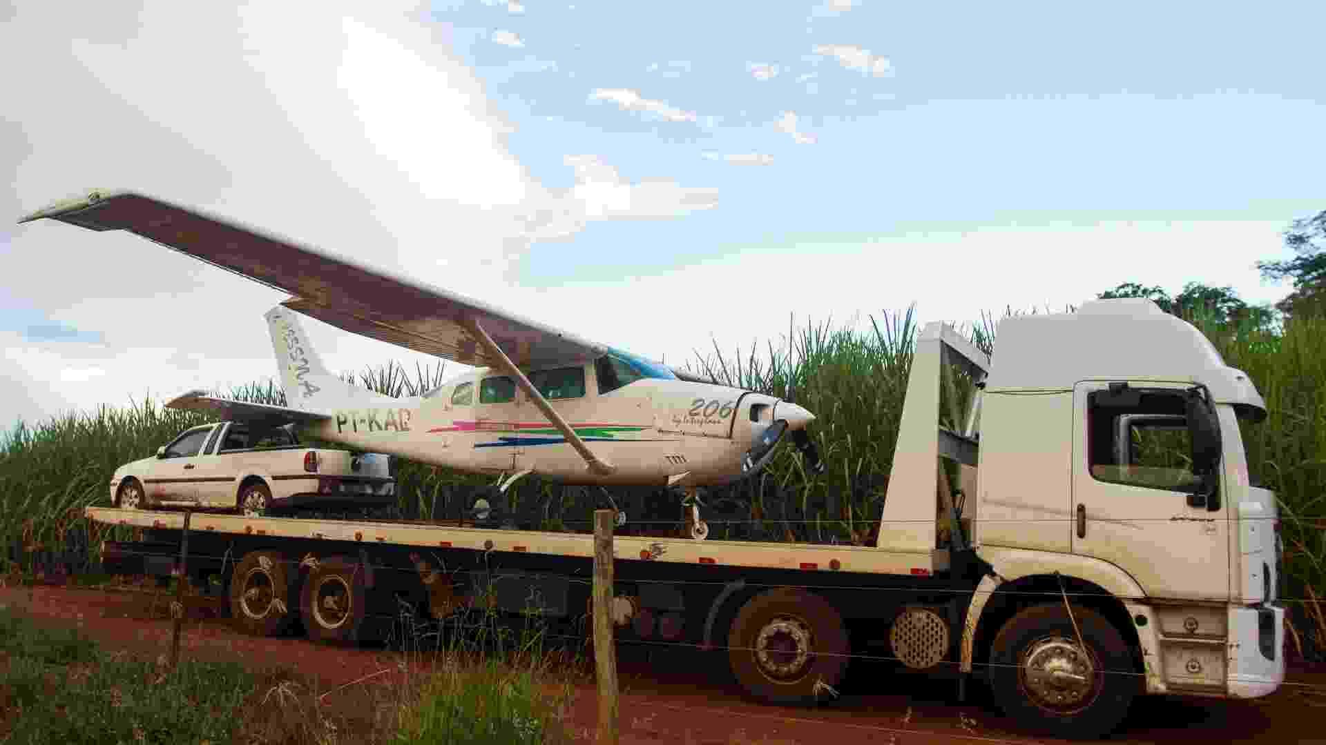 9.abr.2013 - A Polícia Federal interceptou um avião carregado com 400 quilos de cocaína que pousou em uma pista clandestina no canavial de uma fazenda na cidade de Serrana (SP), nesta terça-feira (9). Um carro com três homens esperava o avião e houve troca de tiros com a polícia. O piloto e um passageiro do avião conseguiram fugir. Os três homens que estavam no carro foram presos. Segundo a Polícia Federal, o avião veio do Paraguai - Alfredo Risk/Futura Press