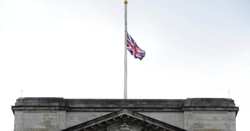 9.abr.2013 - Bandeira britânica é colocada a meio-mastro no Palácio de Buckingham, em Londres, no Reino Unido, nesta terça-feira (9), em sinal de luto pela morte de Margaret Thatcher