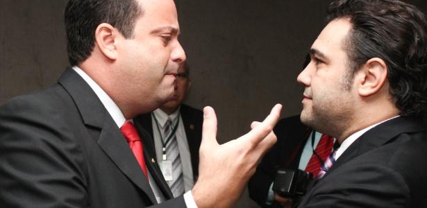 Deputado André Moura, líder do PSC, conversa com o presidente da Comissão de Direitos Humanos da Câmara, deputado Marco Feliciano, na Câmara dos Deputados (PSC-SP), nesta terça - Andre Borges / FolhaPress