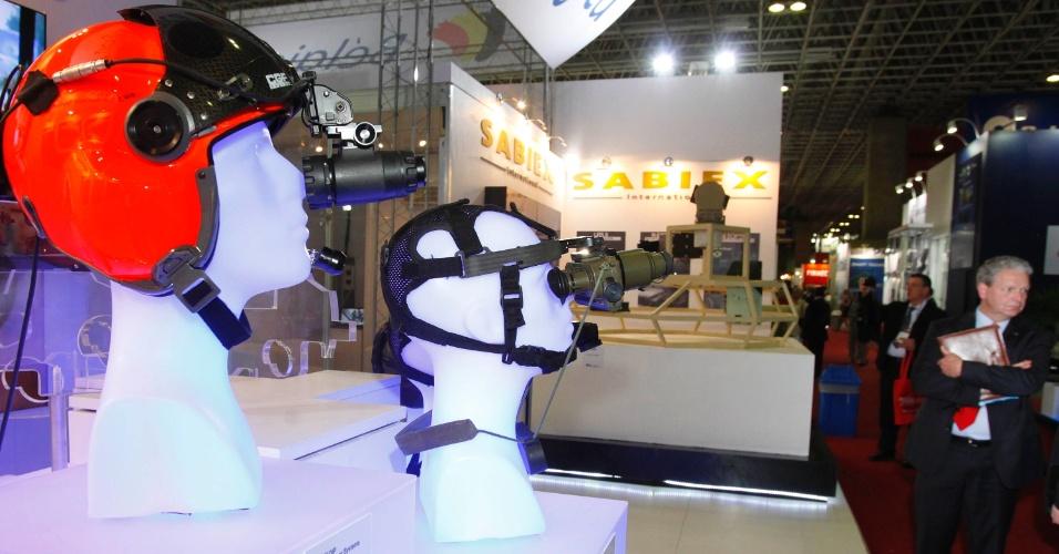 9.abr.2013 - Equipamentos de visão a longo alcance são exibidos na Feira Internacional de Defesa e Segurança LAAD Defence & Security, no Rio de Janeiro, a maior exposição de equipamentos militares da América Latina, nesta terça-feira (9)
