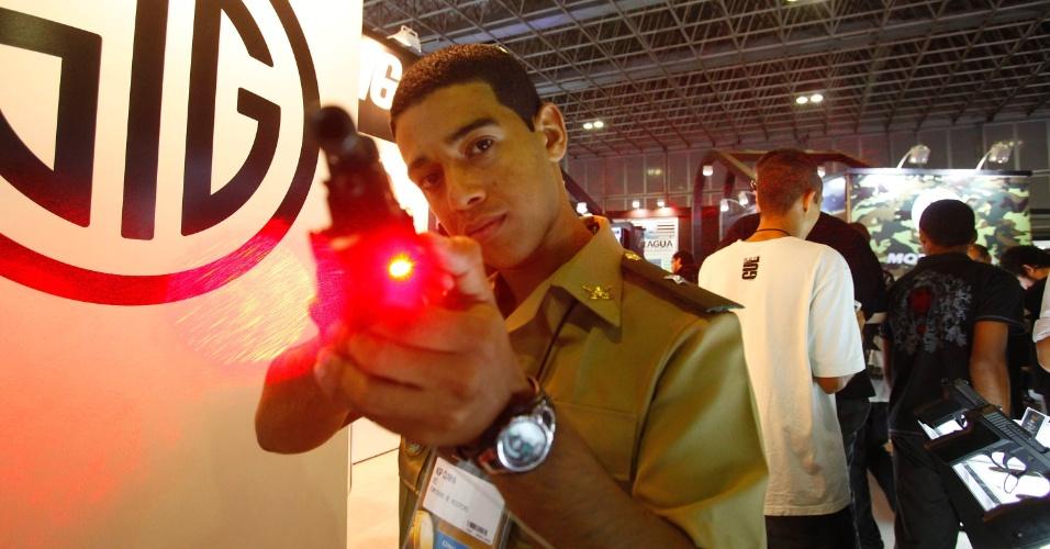 9.abr.2013 - Homem exibe arma com mira a laser durante a Feira Internacional de Defesa e Segurança LAAD Defence & Security, no Rio de Janeiro, nesta terça-feira (9)