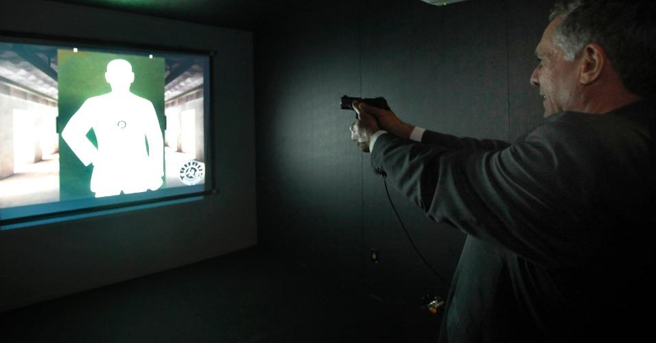 9.abr.2013 - Homem pratica no estande de tiro da Taurus, na Feira Internacional de Defesa e Segurança LAAD Defence & Security, no Rio de Janeiro, nesta terça-feira (9)