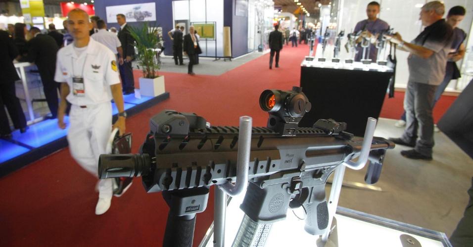 9.abr.2013 - Metralhadora é exibida na Feira Internacional de Defesa e Segurança LAAD Defence & Security, no Rio de Janeiro, a maior exposição de equipamentos militares da América Latina, nesta terça-feira (9)