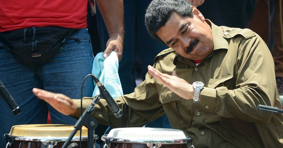 9.abr.2013 - O presidente interino da Venezuela, Nicolás Maduro, toca conga durante evento de campanha em frente ao Palácio Miraflores, sede da Presidência da Venezuela, em Caracas. Maduro enfrenta na eleição presidencia de 14 de abril o líder da oposição Henrique Capriles