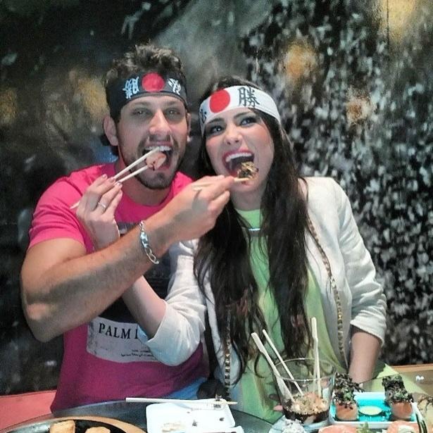"""9.abr.2013 - Os ex-BBBs Kamilla e Eliéser curtiram um jantar japonês durante a madrugada. """"Noite Japa com a Kamilla Salgado. Puxa vida heim! Owu!!!"""", escreveu o modelo, em referência ao bordão que ficou famoso no reality show"""
