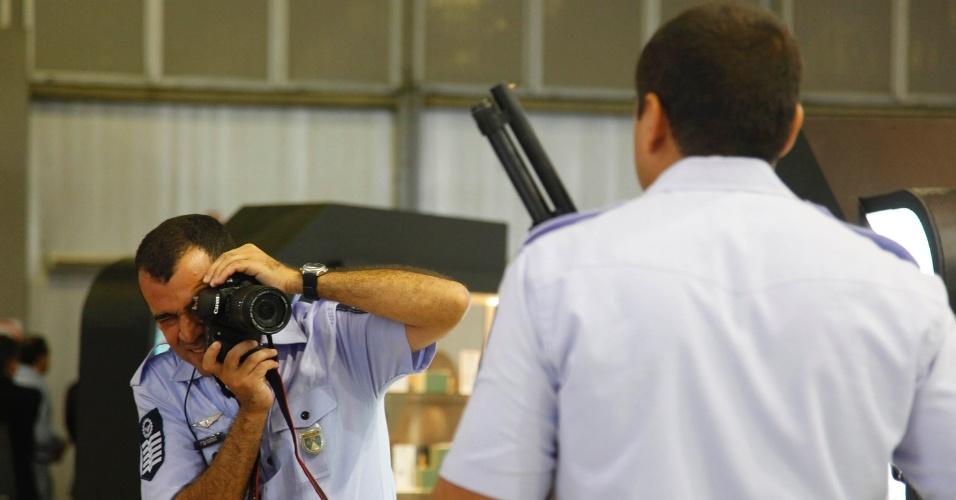 9.abr.2013 - Policiais posam com armas em exibição na Feira Internacional de Defesa e Segurança LAAD Defence & Security, no Rio de Janeiro, a maior exposição de equipamentos militares da América Latina