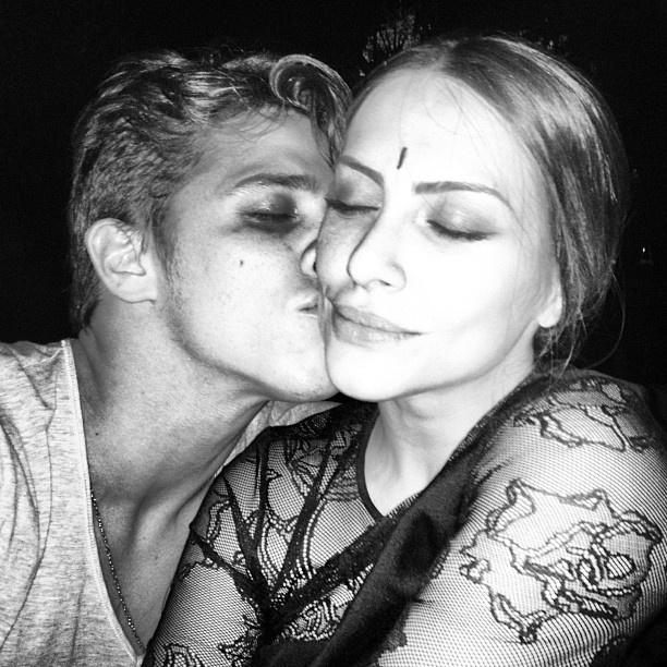 """9.abr.2013 - Rômulo Arantes Neto dá beijo no rosto de Cleo Pires em foto postada no Instagram. """"Sem palavras"""", escreveu na legenda."""