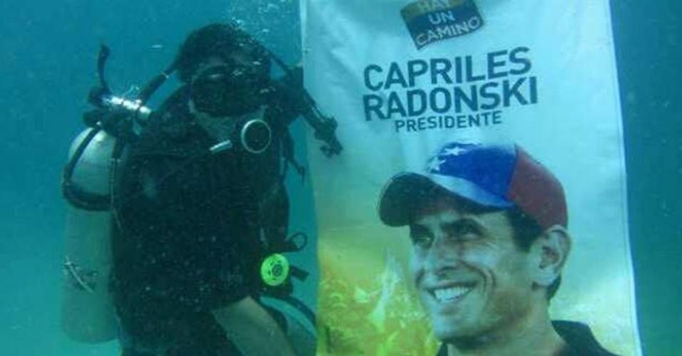 9.abr.2013 - Um eleitor do candidato da oposição à Presidência da Venezuela, Henrique Capriles, levou um cartaz do candidato a 20 metros de profundidade, no mar do arquipélago de Los Roques, na Venezuela, e postou a foto nas redes sociais