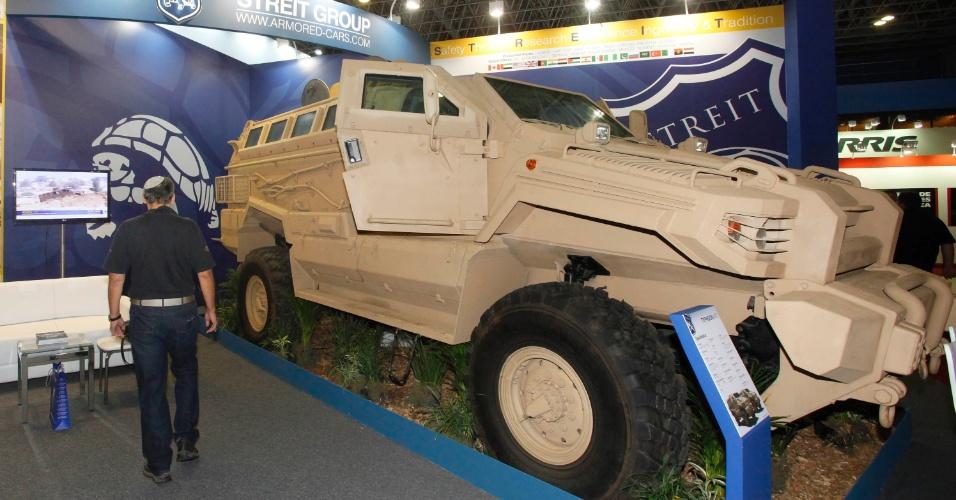 9.abr.2013 - Veículo de guerra é exibido na Feira Internacional de Defesa e Segurança LAAD Defence & Security, no Rio de Janeiro, a maior exposição de equipamentos militares da América Latina, nesta terça-feira (9)