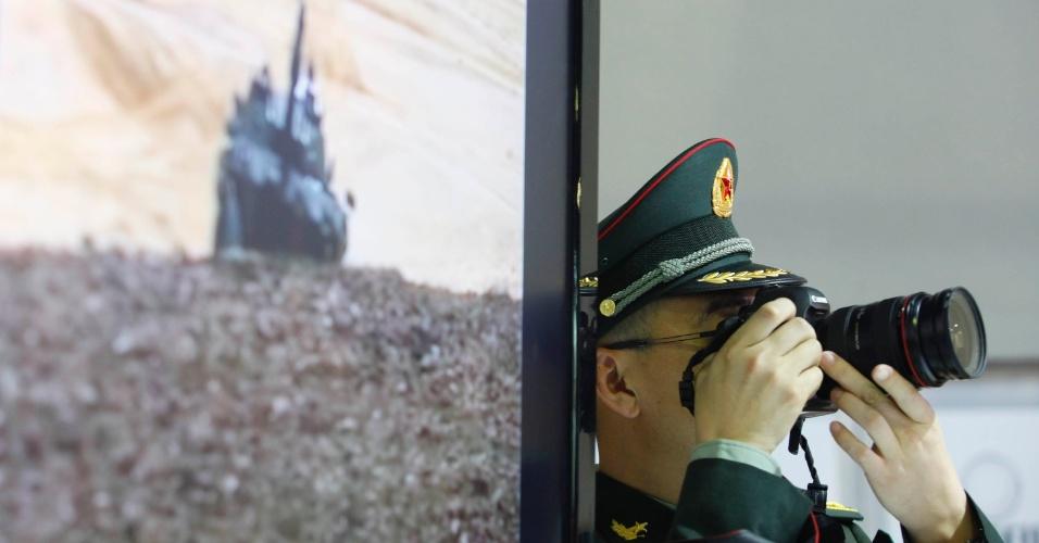 9.abr.2013 - Visitante fotografa itens em exibição na Feira Internacional de Defesa e Segurança LAAD Defence & Security, no Rio de Janeiro, a maior exposição de equipamentos militares da América Latina
