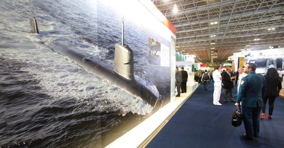 9.abr.2013 - Visitante observa fotografia de submarino de guerra na Feira Internacional de Defesa e Segurança LAAD Defence & Security, no Rio de Janeiro, a maior exposição de equipamentos militares da América Latina, nesta terça-feira (9)