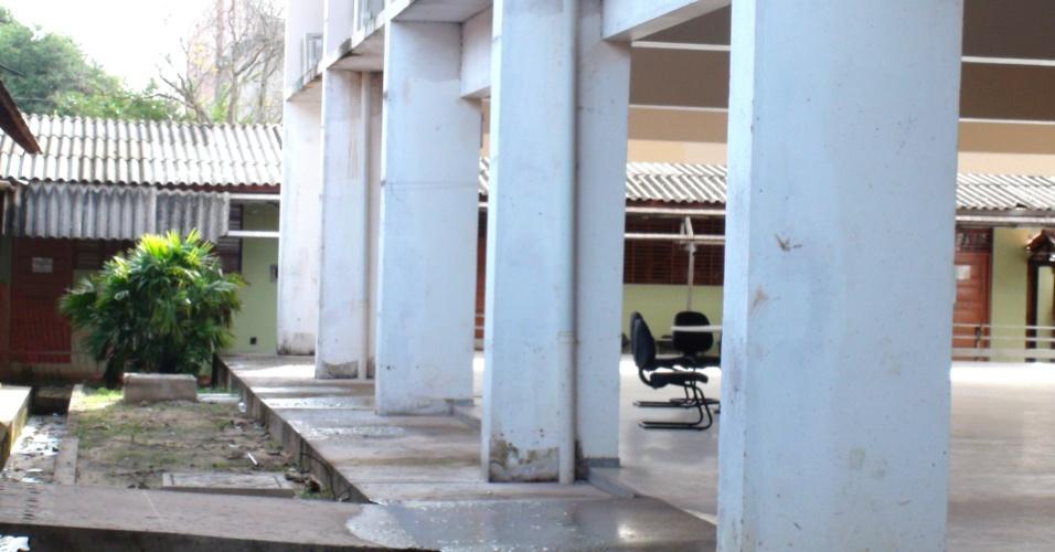 A obra, diz o reitor José Seixas Lourenço, atrasou porque a empresa contratada faliu antes da entrega. Assim a construção teve de ser repassada para outra empresa. O DCE (Diretório Central de Estudantes) reclama que os estudantes não têm acesso ao relatório de obras para poder fiscalizar