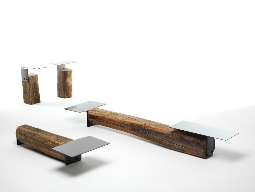 As mesas Beam, de apoio central ou lateral, e o rack para TV são feitos com troncos de madeira. O design das peças é assinado por Damien Gernay para a Mogg