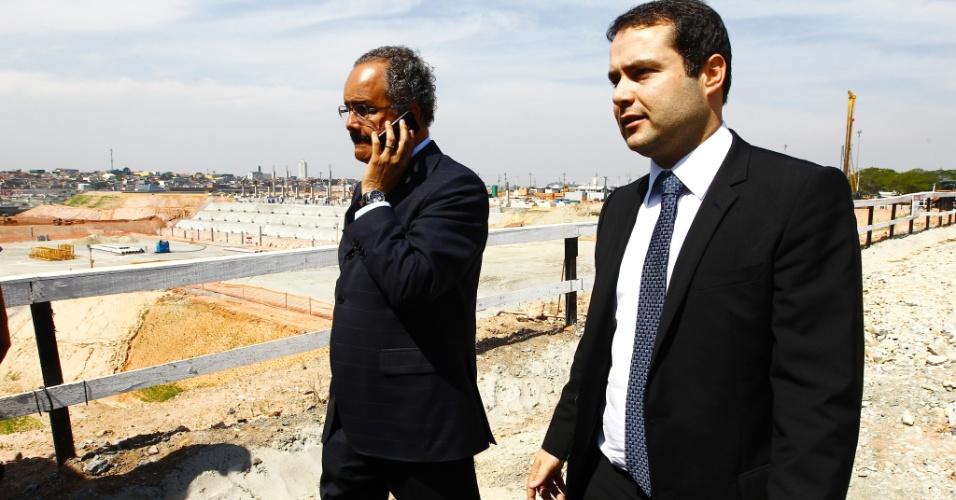 Deputado Vicente Cândido (PT-SP) fala ao telefone durante visita técnica ao Itaquerão, em foto de 2011