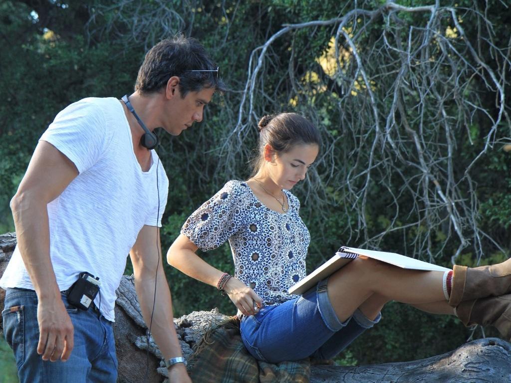 O diretor Márcio Garcia orienta a atriz Camilla Belle durante as filmagens de