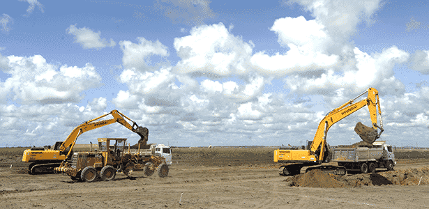 Obras no terreno da fábrica da Fiat em Goiana (PE): previsão é de que a sede fique pronta no final de 2014 - Léo Caldas/Folhapress