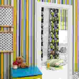 Amarelo, azul e verde compõem as listras do papel de parede Jet Set, da Prestigious Textiles. Com 10 m de comprimento por 0,52 m de largura, o rolo é encontrado na Orlean por R$ 773 - Divulgação/Orlean