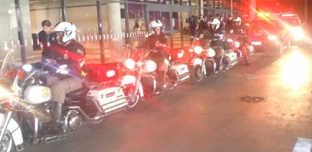Policiais simulam uma escolta em evento-teste realizado no Mineirão na tarde desta terça-feira