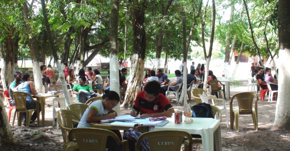 Por não haver salas suficientes para estudo na Ufopa (Universidade Federal do Oeste do Pará), os alunos usam as áreas embaixo das árvores para suas reuniões e estudo.