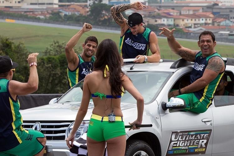 Time Nogueira comemora vitória em desafio em que os lutadores empurraram carros durante o TUF Brasil 2