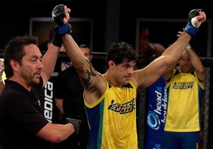 Viscardi Andrade comemora vitória que o levou às quartas de final do TUF Brasil 2