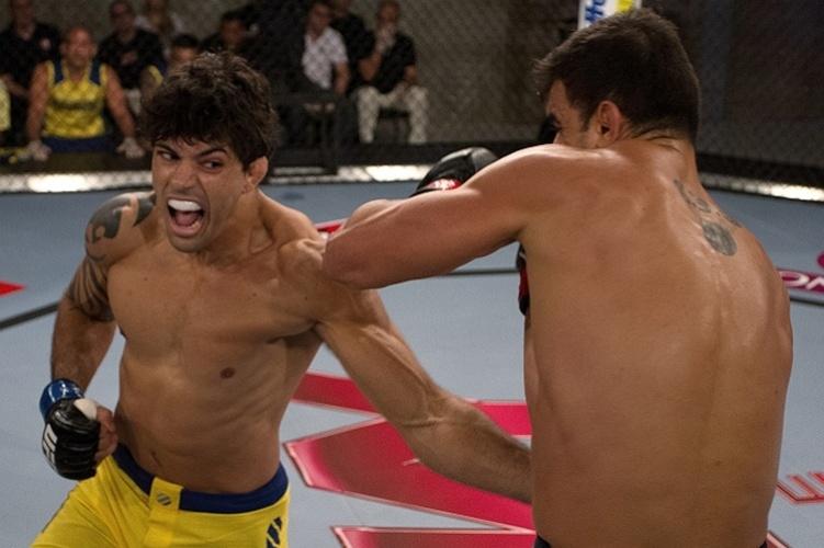 Viscardi Andrade golpeia Thiago Jambo na revanche entre eles dentro do TUF Brasil 2; triunfo valeu a vaga nas quartas de final para Viscardi