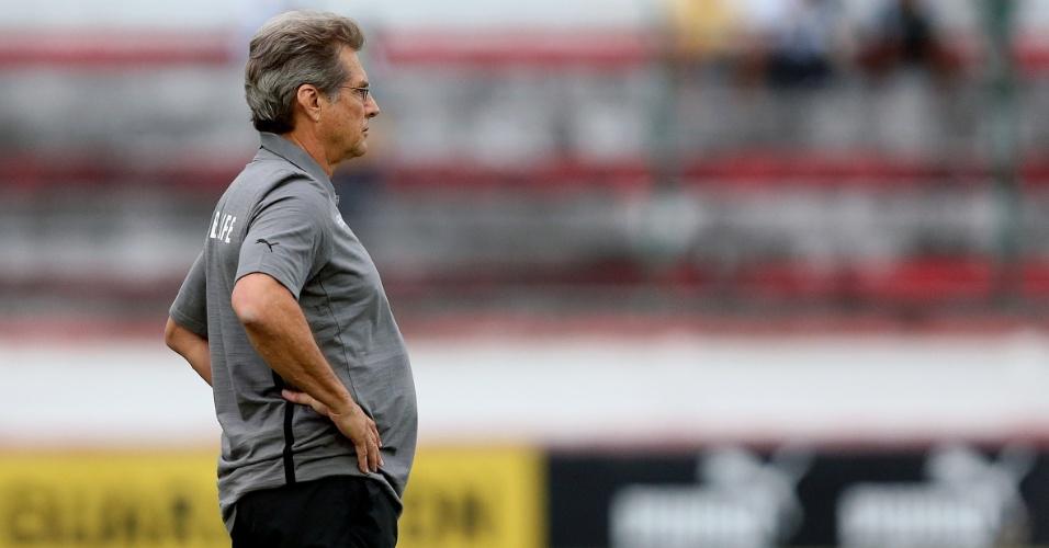 10.04.2013 - Técnico Oswaldo de Oliveira observa a partida entre Botafogo e Friburguense pela Taça Rio