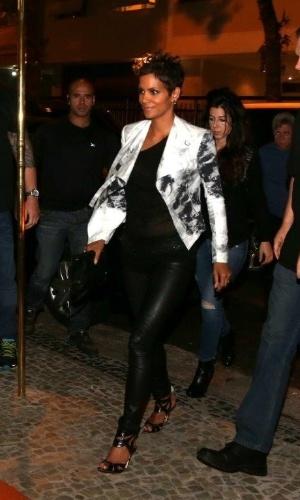 """10.abr.2012 - No Rio para divulgar o filme """"Chamada de Emergência"""", Halle Berry jantou em um restaurante da zona sul da cidade"""