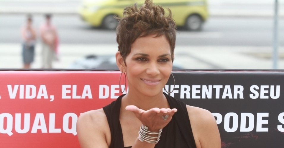 10.abr.2013 - A atriz Halle Berry posa para fotos em coletiva no Rio de Janeiro, parte da divulgação de seu novo filme,