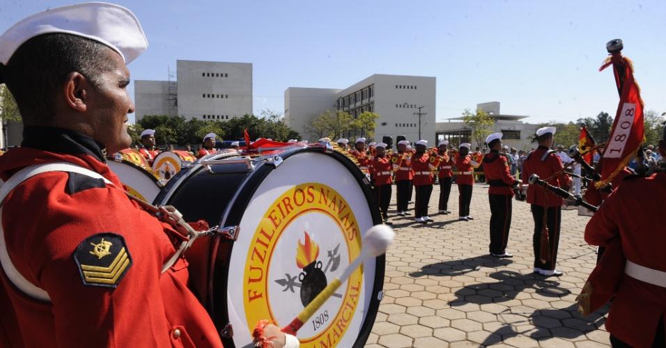10.abr.2013 - A Banda Marcial do Corpo de Fuzileiros Navais do Rio de Janeiro, se apresentou nesta quarta-feira (10), na praça Saldanha Marinho, em Santa Maria (RS), numa homenagem às 241 vítimas do incêndio na boate Kiss, em janeiro deste ano, na cidade gaúcha